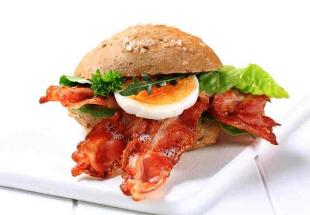Bacon sandwich with egg